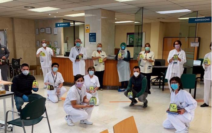 Entregant les mones al personal de l'Hospital de Vic | Txell Vall
